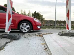 Vyvýšený priechod pre chodcov na Karpatskej ulici zároveň pôsobí ako spomaľovač pre autá; foto: Richard Ščepko